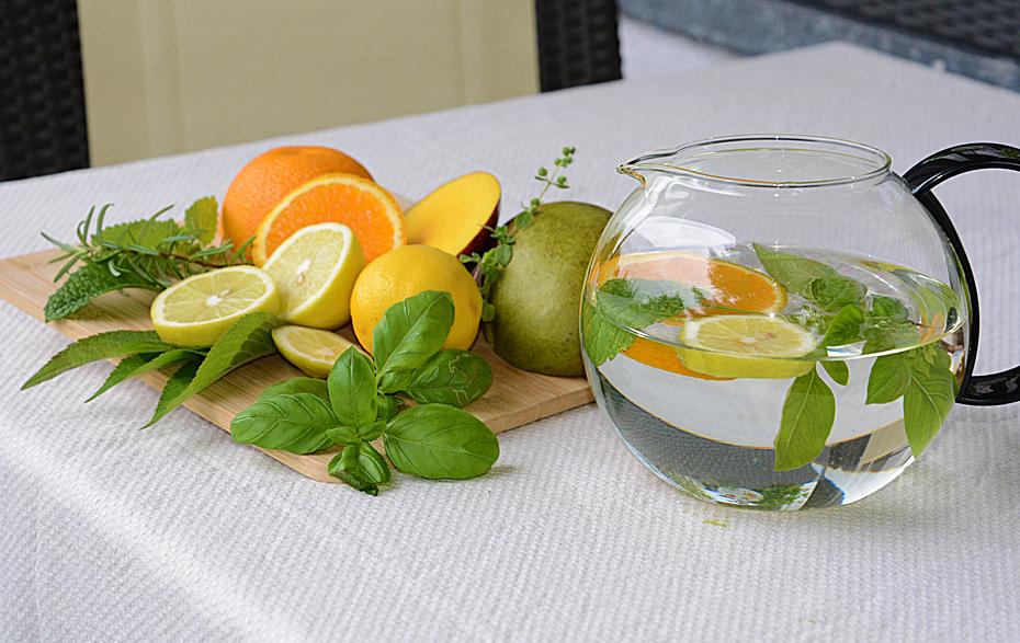 Wasser mit Früchten und Kräutern
